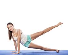 Jeune femme belle de faire des exercices d'aérobic