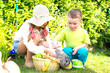Kinder suchen Ostereier mit Kaninchen im Garten