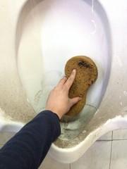Limpiando el baño