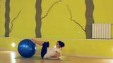беременная женщина делает упражнения с мячом, йога