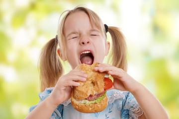 kleines blondes Mädchen hat Hunger