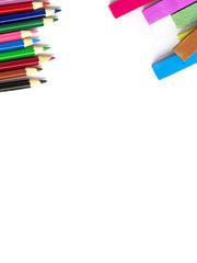Farbstifte und Malkreide mit Textfreiraum