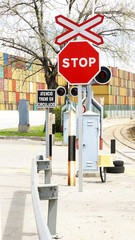 Semáforos y señales de stop en una zona industrial
