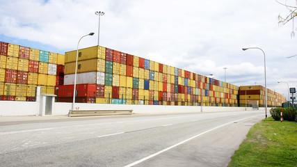 Carretera con pilas de contenedores en el puerto de Barcelona