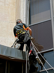 Technicien escaladant un immeuble