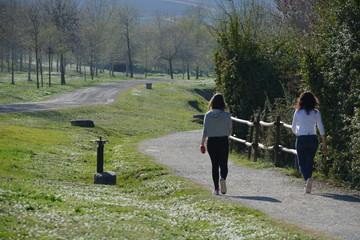 Dos mujeres caminando por el campo en primavera