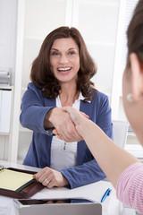 Handschlag zum Geschäftsabschluss - zwei Frauen im Gespräch