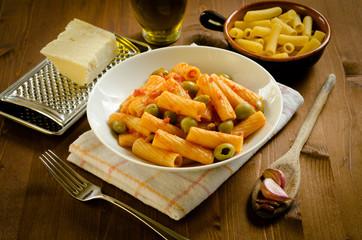 Tortiglioni  con pomodoro e olive, cucina italiana