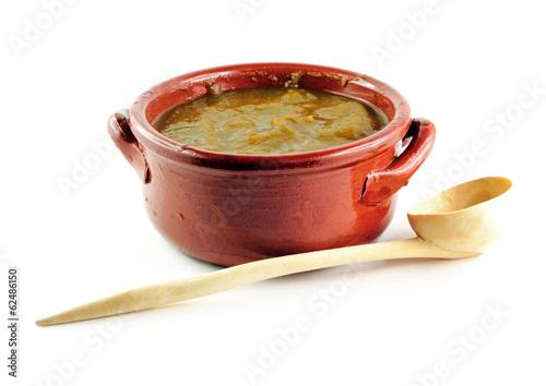 Ciotola di minestrone e cucchiaio di legno