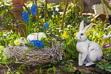 Osternest mit Hase im Garten