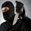 Verbrecher droht mit Messer