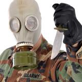 Soldat mit Gasmaske hält Kampf-Messer