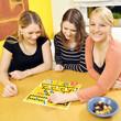 Freundinnen spielen Brettspiel