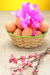 Cestino di uova e rami di  fiori di pesco