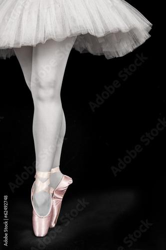 tancerz-baletowy-stojacy-na-palcach-podczas-tanca-artystycznego-conversi