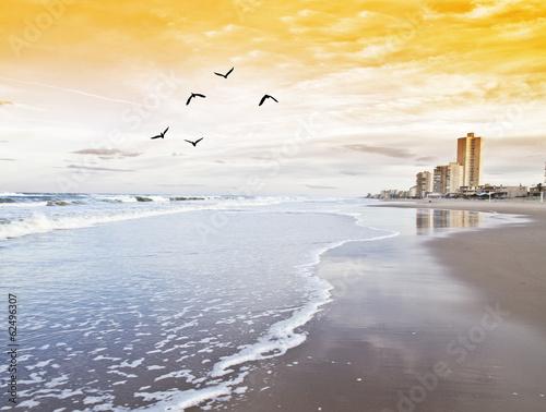 hotel en la playa de las olas de espuma Plakat