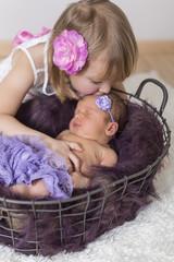 Große Schwester küsst ihr kleine Schwester