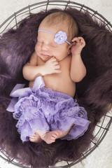 Newborn Baby schlafend, Rückenlage, von oben