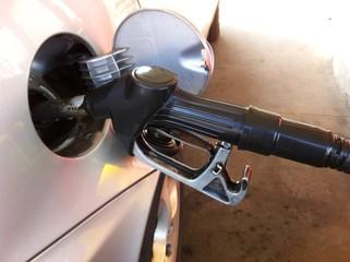 rifornimento con carburante alla stazione di servizio