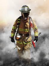 Un pompier perce un mur de fumée