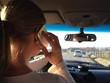 Telefonierende Frau im Auto