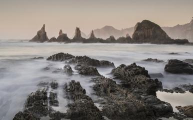 Mar de seda entre rocas