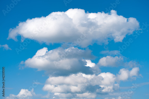 Weiße Wolken an blauem Himmel, Wetter, heiter bis wolkig
