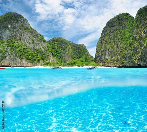 Papiers peints Recifs coralliens Beautiful lagoon with white sand bottom underwater view