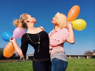 Freundinnen mit Luftballons