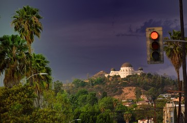 observatorio desde Hollywood con un semaforo delante