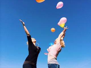 Freundinnen werden Ballons