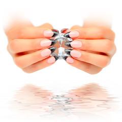 Schöne Hände mit Diamant