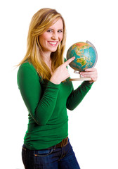 Frau zeigt auf Globus