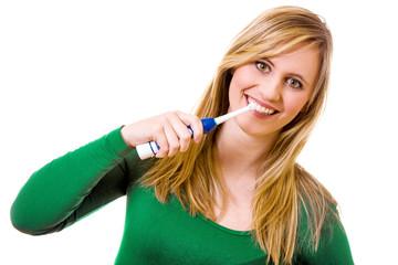 Frau beim Zähne putzen