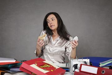 femme surchargée au bureau