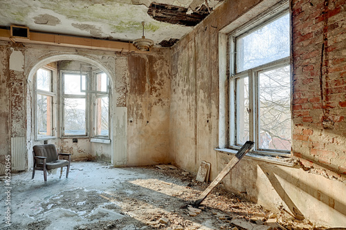 Beautiful, forgotten and destroyed house - 62530545