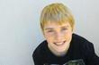 portrait adolescent 12 ans, garçon blond ,sourire