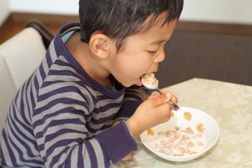シリアルを食べる幼児(4歳児)