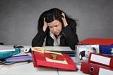 femme débordée et surchargée au bureau