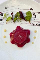 Foie gras sous gélatine de betterave, salade