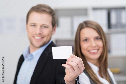 geschäftsleute zeigen leere visitenkarte