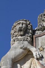 détail statue façade chateau,armoiries,blason