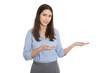 Weiblicher Berater präsentiert lachend ein neues Produkt