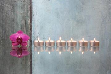 Orchideenblüte mit Kerzen