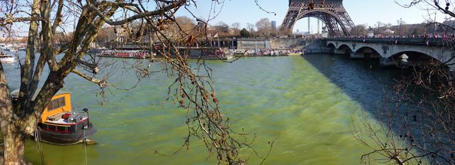 Panorama de la Seine au pied de la Tour Eiffel à Paris