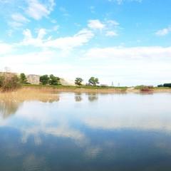 reflejo del cielo azul sobre el agua