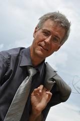 Portrait eines grauhaarigen Mannes um die 50
