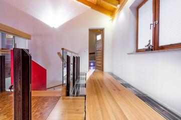 Galerie mit Holzsteg