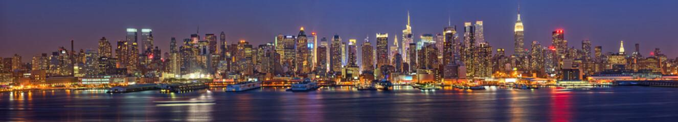 Manhattan at night © sborisov