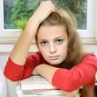 Schülerin überfordert beim Lernen